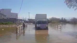عبور خودروی کمک های بنیاد مستضعفان برای سیل زدگان از مناطق صعب العبور سیل زده در روستاهای اطراف آق قلا در استان گلستان