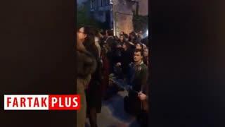 آوازخوانی پاریسیها مقابل کلیسای سوخته نوتردام