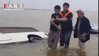 غرق شدن دو خودرو در جاده اهواز - آبادان