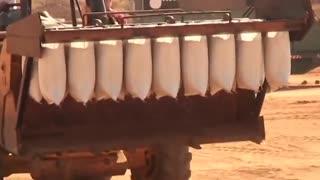 مردم خوزستان برای ساخت سیل بند نیاز به چنین ماشینی دارند
