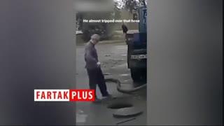 افتادن وحشتناک مرد نابینا به داخل دریچه فاضلاب