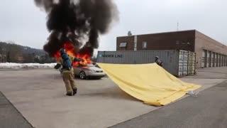 استفاده از پتو ضد حریق برای خاموش کردن خودروی فروزان
