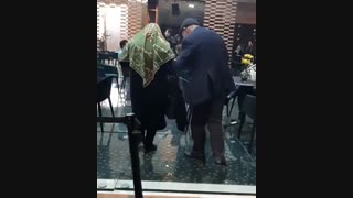زوج عاشق در ایران مال - بازار بزرگ ایران