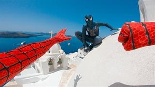 تعقیب و گریز اسپایدرمن و ونوم بر فراز پشتبامهای جزیرهی سانتورینی