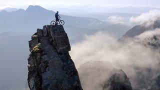 دوچرخه سواری فوق العاده دنی مک اسکیل در کوه های اسکاتلند