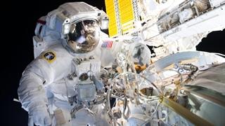 چرا رنگ لباس فضانوردان ناسا سفید است؟
