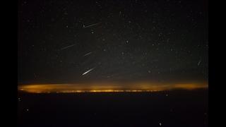 ویو خلبان هواپیما هنگام پرواز در شب