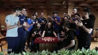 جشن تولد امیر خوشخبر سرپرست تیم ملی والیبال در فرودگاه، قبل از سفر به بلغارستان