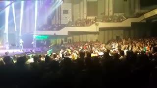 حرکات جالب اکبر عبدی در کنسرت