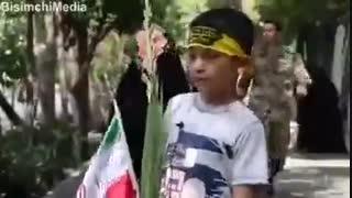 شوق باورنکردنی یک کودک دهه نودی به شهادت در حاشیه مراسم تشییع شهدا