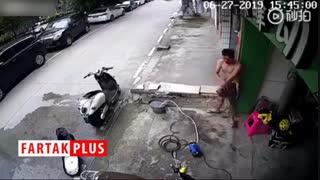 تلاش یک مرد برای بیرون کشیدن دوشاخه پس از برق گرفتگی