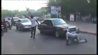 وقتی نمی گذارند  از خیابان عبور کنی