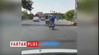 حرکات عجیب پیرمرد موتور سوار در حین حرکت