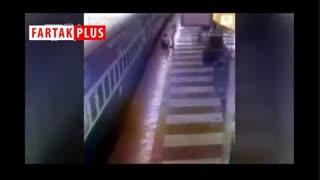 صحنه هولناک گیرافتادن یک مسافر بین سکو و قطار در حال حرکت!