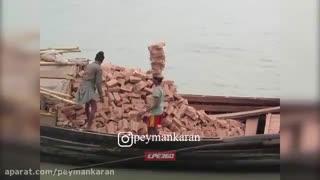 مهارت فوق العاده کارگر هندی در حمل آجر.